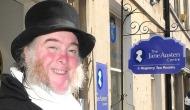 Martin Salter, el portero del Jane Austen Center de Bath, cumple hoy 50años