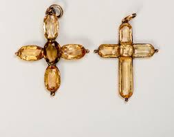 Cruces de ámbar basadas en el regalo de Charles Austen a sus hermanas (cruces de topacio)