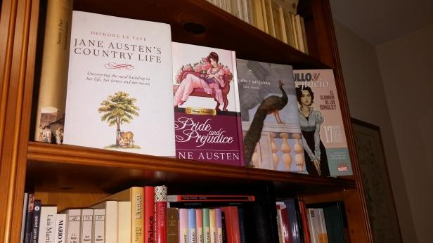 Ana libro en estantería