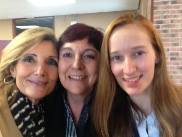 De derecha a izquierda: Elena de JASES, Victoria Austen del Salón de Té, y servidora